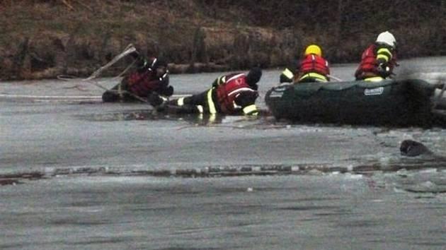 Pod mužem, který zachraňoval svého psa z vody se prolomil na Křetínce led. Z vody oba zachránili letovičtí hasiči.