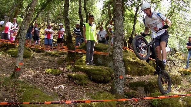 Závod mistrovství Evropy pod federací BIU se jel sice v nádherné přírodě v parku Pabude, ale měl mizernou účast. V elitě si to o titul rozdali jen dva blanenští jezdci. Mistrem Evropy se stejně jako loni stal Václav Kolář.