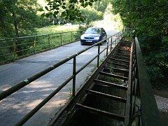 Most mezi Adamovem a Bílovicemi nad Svitavou je v havarijním stavu. Silničáři ho příští rok zbourají a postaví nový.