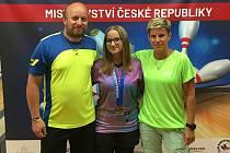 Lucie Hrazdírová si z Brna nedávno přivezla titul juniorské mistryně republiky v bowlingu. Na snímku s rodiči.