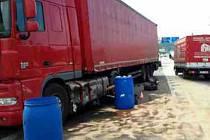 Při pondělní nehodě v Lipůvce vyteklo z nádrže kamionu na 1000 litrů nafty.