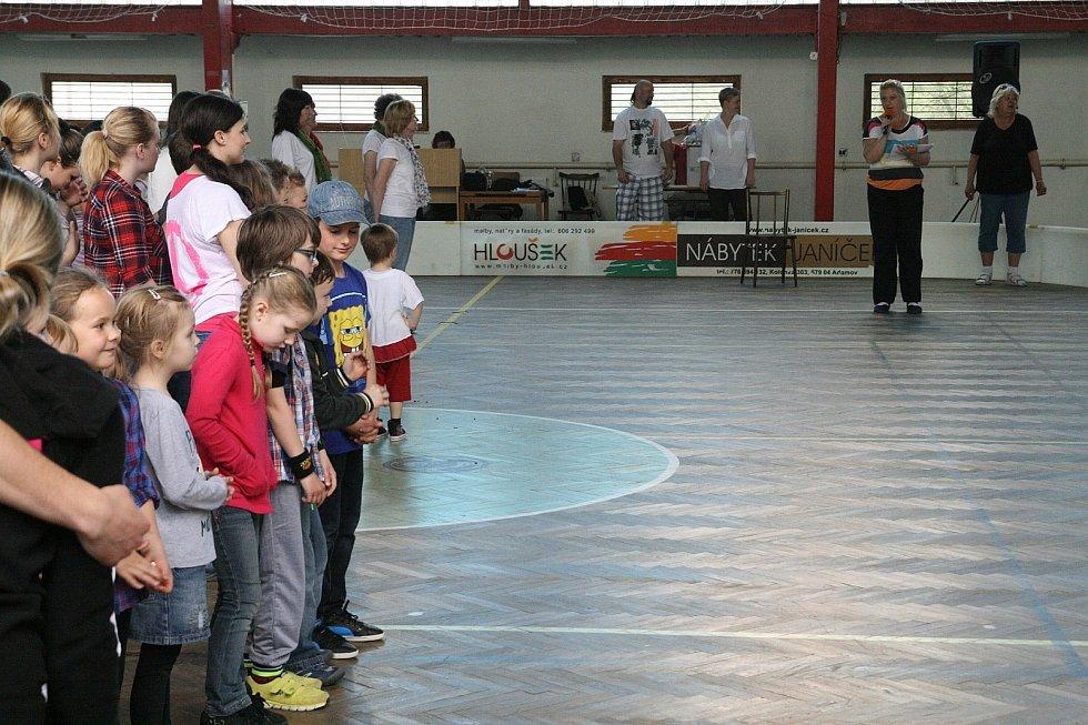 Sportovní halu v Adamově roztačila v sobotu po obědě Sokolská akademie. Tu místní pořádali už podruhé k Mezinárodnímu dni tance, který je devětadvacátého dubna. Letos byla akce spojená také s padesátiletým jubileem povýšení Adamova na město.