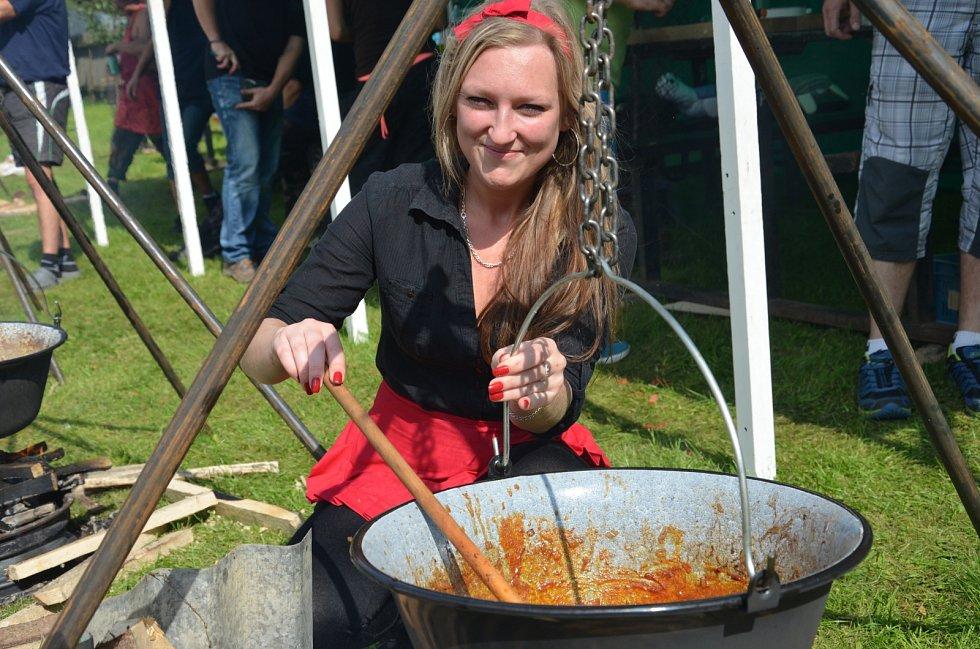 V Senetářově v sobotu pekli koláče a vařili guláše. Konal se tam Den venkovských pícek.