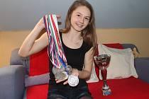 Tereza Šamšulová s částí svých trofejí ze závodů.