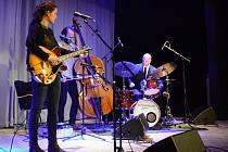 Další koncert z cyklu Jazz&Blues Boskovice si vychutnali návštěvníci Zámeckého skleníku v Boskovicích. Vystoupila tam izraelsko-české formace Dida Pelled Trio.