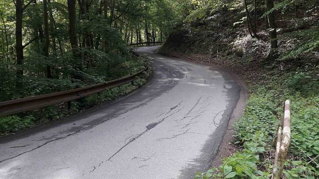 Dělníci opraví část silnice z pětitisícového Adamova do Útěchova. Řada místních po ní jezdí za prací do Brna. Kvůli opravám bude tři měsíce zavřená.