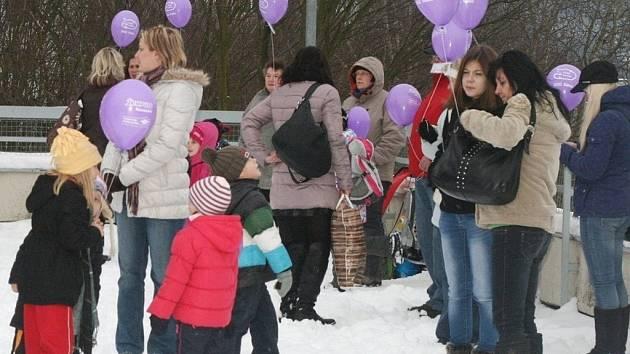 V pátek ve čtvrt na čtyři odpoledne vylétly do vzduchu po celé republice tisíce fialových balónků. Na Blanensku se k ní připojili například Adamovští. Balónky vypustily děti v doprovodu rodičů ze střechy Domu služeb v sídlišti Ptačina.