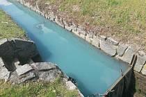 Zbarvení vody v potoce překvapilo místní.