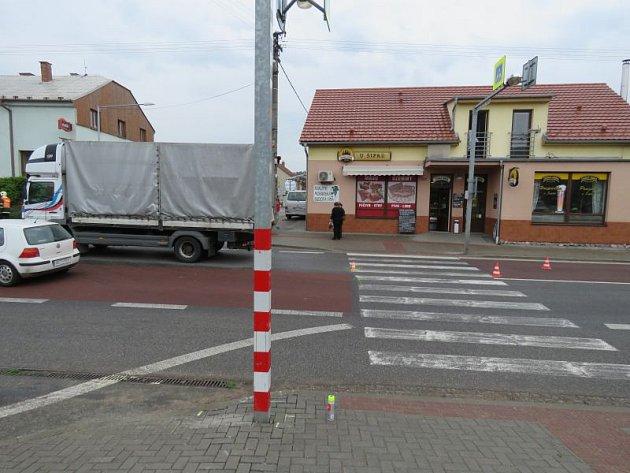 Vážná nehoda vLipůvce. Náklaďák srazil ženu na přechodu pro chodce.