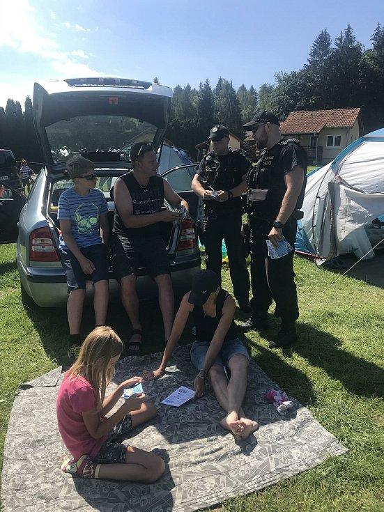 Policisté vyrazili na kontroly do kempů.