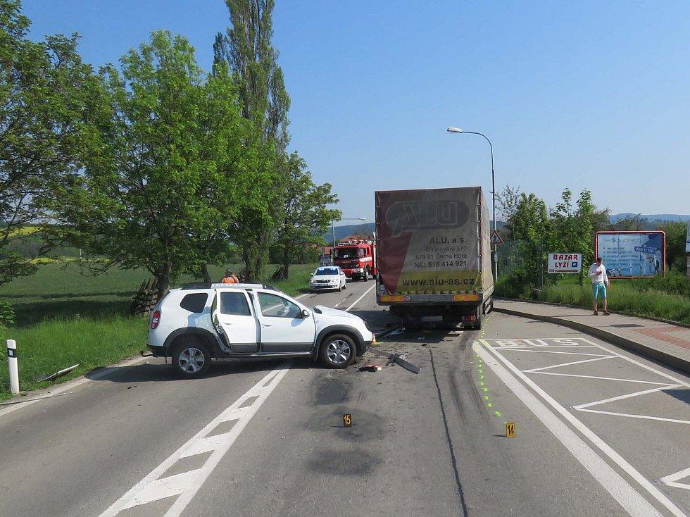 V Sebranicích narazilo osobní auto do nákladního.