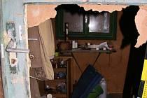 Zloděj vykradl chatu. Odnesl rádio i lustr z paroží.