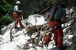 Utržený balvan ve svahu, který vážil tunu, hrozil pádem na pergolu ve Vískách. Šest jednotek hasičů jej ve čtvrtek odstraňovalo několik hodin.