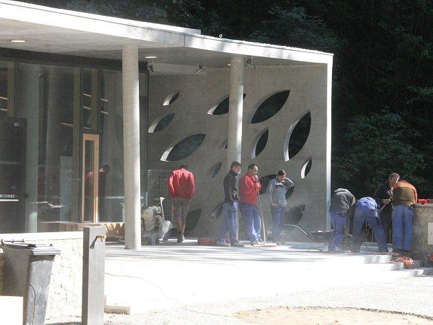 Nová provozní budova při vstupu do Punkevních jeskyní.