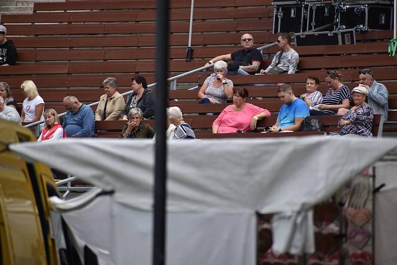 V sobotu a v neděli ovládly Boskovice tradiční Husí slavnosti. S pořadovým číslem osmnáct. Příchozí si pochutnali nejen na lahodných pečínkách. Na pódiu na Masarykově náměstí a také v letním kině pak pořadatelé připravili sérii koncertů. Vystoupil napříkl