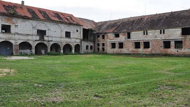 V Jihomoravském kraji chátrá řada památek. Na snímku zámek v Pouzdřanech.