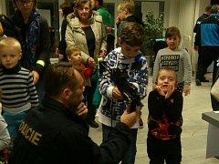 Kdo je vidět vyhrává. Policisté dětem ukázali, jak se chovat na ulici a že je důležité, aby byly vidět