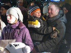 Tři stovky návštěvníků zaplavily v roce 2014 prostranství před boskovickou radnicí, aby si mohly zazpívat vánoční koledy.