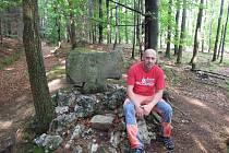 U Černčína na Vyškovsku připomíná křížový kámen neobjasněnou vraždu. Na severní Moravě je torzo kříže u masového hrobu vojáků.