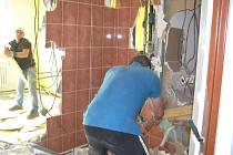 Stavební firma nyní v prostorách zchátralého hotelu na blanenském náměstí Republiky likviduje radiátory, koupelny a bytová jádra.