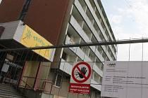 Hotel Dukla v Blansku oplotili. Přípravy na demolici vrcholí.