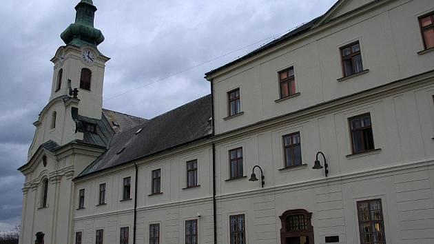 Klášterní kostel sv. Václava v Letovicích, pod nímž je krypta s pochovanými členy rodin majitelů letovického panství a řádovými bratry. Kostel je součástí kláštera s nemocnicí Milosrdných bratří, kde je vidění také unikátní rokoková lékárna.