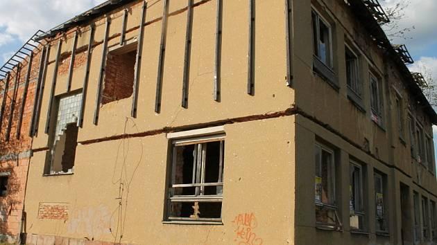 Bývalá škola v Milonicích, ležící přímo u státní silnice 43, stále chátrá.