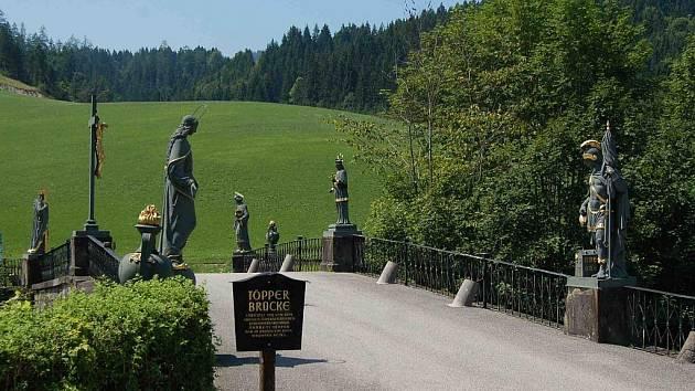 Andreas Töpper měl v Lunz am See/Kasten továrnu, tudíž k ní nutně potřeboval udělat lepší přístup. Proto v roce 1855 nechal přes řeku Ybbs postavit kamenný most s litinovými figurami svatých z blízké slévárny v Mariazell.