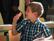 Děti vyrazily do školy. U přechodů hlídali policisté. Pětadvacet prvňáčků (na snímcích) přivítali v základní škole v adamovské ulici Ronovská.