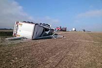 Odstraňování následků nehody u Krhova, kde kamion u silnice I/43 naboural do sloupu elektrického vedení.