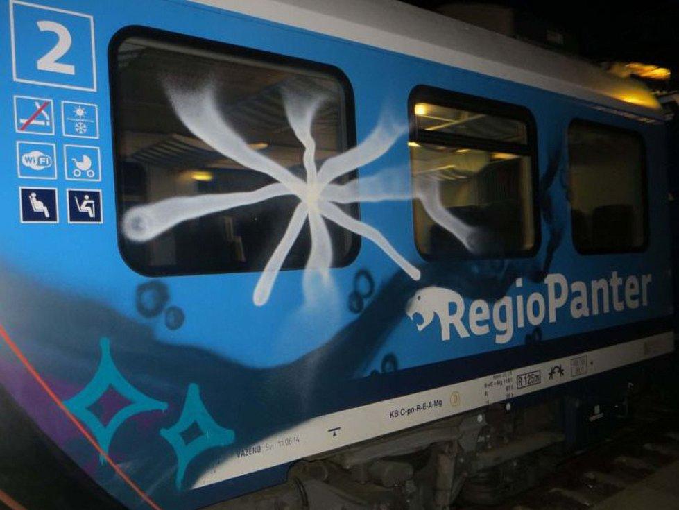 Vandal posprejoval v Rájci-Jestřebí odstavený vlak. Škoda jde do desítek tisíc.