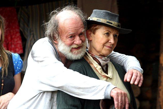 Jiří Pecha a Libuše Pehalová v rolích dědka a babky Bouchalových včera sehráli jednu ze scének do upoutávek na film To je hustý. Ten  začnou filmaři v boskovickém westernovém městečku natáčet příští léto.