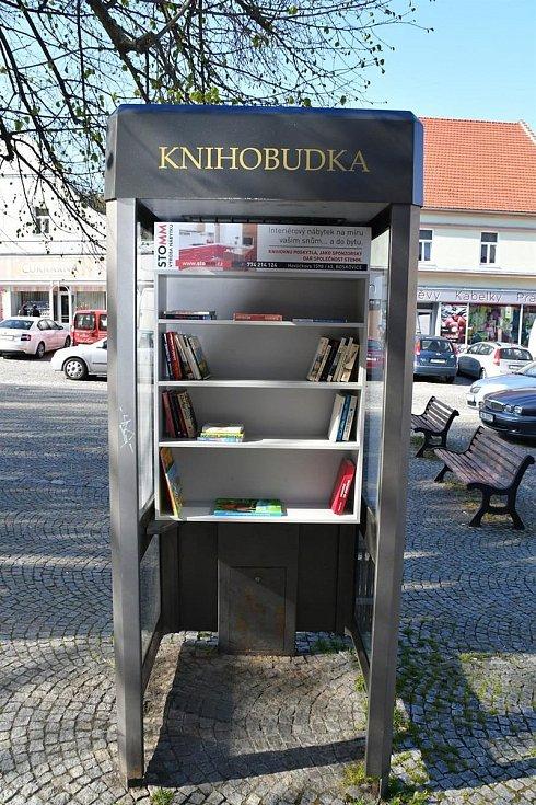 Pracovnice radnice dodaly do knihobudky první knihy.