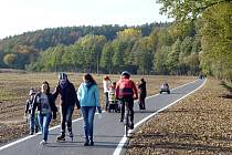 Nový úsek vyasfaltované stezky pro chodce a cyklisty v Lažanech je dlouhý sedm set metrů.
