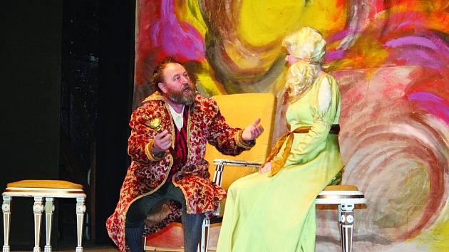 Divadelníci z Lysic zahráli v sobotu večer v tamní sokolovně Kvapilovu Princeznu Pampelišku. Režie se ujala Olga Tejkalová.