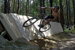 Boskovičtí upravovali terénní stezky pro cyklisty. Přibyla klopená dřevěná stěna či doskočiště.