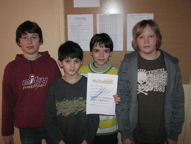 Vše ohodnotí porota. Čtveřice šesťáků ze Základní školy Tomáše Garrigua Masaryka proměnila povyražení z vyučování v zábavnou soutěž.