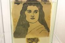 Výstava Modrá láska v Muzeu Blanenska přibližuje historii i současnost tetování.