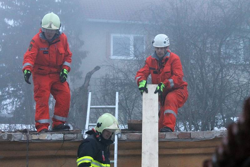 Zborcení střechy na rodinném domku poblíž zahradnictví v Lipovci na Blanensku. Na místě zasahovali hasiči, nikdo se nezranil.
