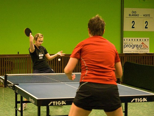 Semifinálový souboj ve stolním tenise v Blansku.