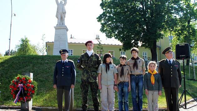 Blanenští položili za doprovodu muzikantů věnce k pomníku padlým a umučeným v boji proti fašismu.
