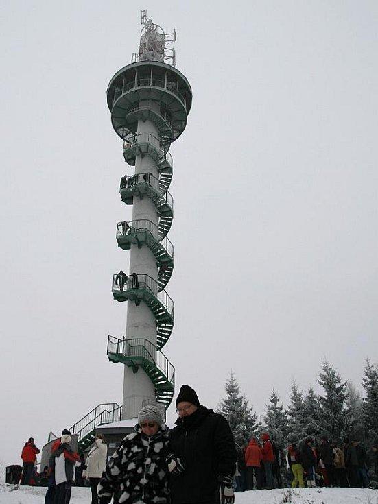 Rozhledna na kopci Podvrší u Veselice byla tradičně otevřená i na Silvestra.