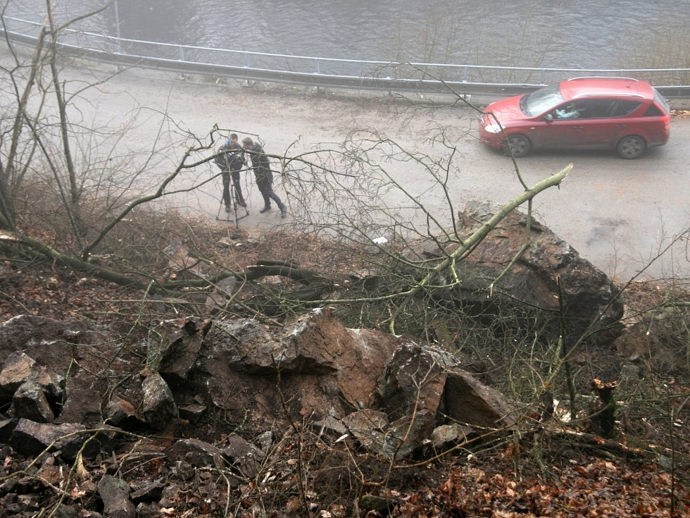 Silnice Adamov - Bílovice nad Svitavou už je opět průjezdná. Sesuv půdy a kamenů však poblíž Adamova hrozí dál.