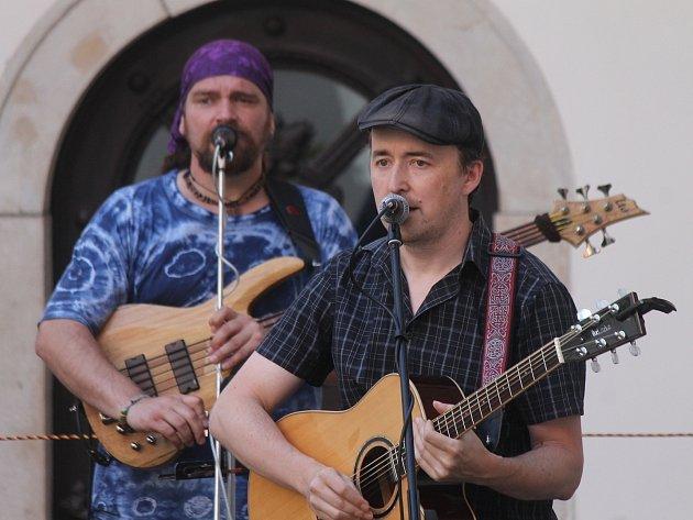 Tradiční letní festival na nádvoří blanenského zámku odstartoval. Sérii desíti koncertů zahájila ve středu skupina Isara z Mladé Boleslavi, která hraje muziku inspirovanou Kelty a irskou hudbou.
