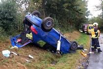U Uhřic skončilo auto na střeše. Při nehodě se zranili dva lidé.