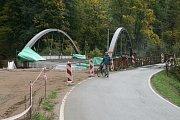 Nový most na silnici z Adamova do Bílovic nad Svitavou už stojí. Uzavírka, kdy dělníci napojí most na silnici, řidiče čeká od prvního listopadu do půlky prosince.