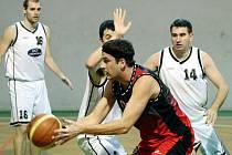 Basketbalisté ASK Blansko (v bílém) vyhráli v OP I první dva zápasy v sezoně. Po čtrnácti porážkách v řadě porazili v sobotu Znojmo (v červeném) 86:83 a v neděli pak v prodloužení Vysočinu Jihlava 69:65. V tabulce je však Blansko stále poslední.