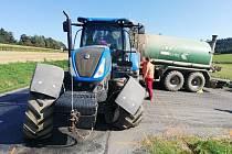 Střet osobního auta s traktorem poblíž křižovatky mezi Crhovem a Rozsečí nad Kunštátem.