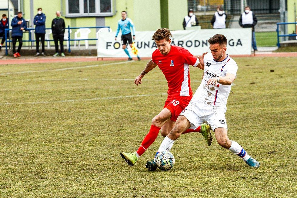 Blanenští fotbalisté (červená) remizovali na domácím hřišti s Líšní 0:0.