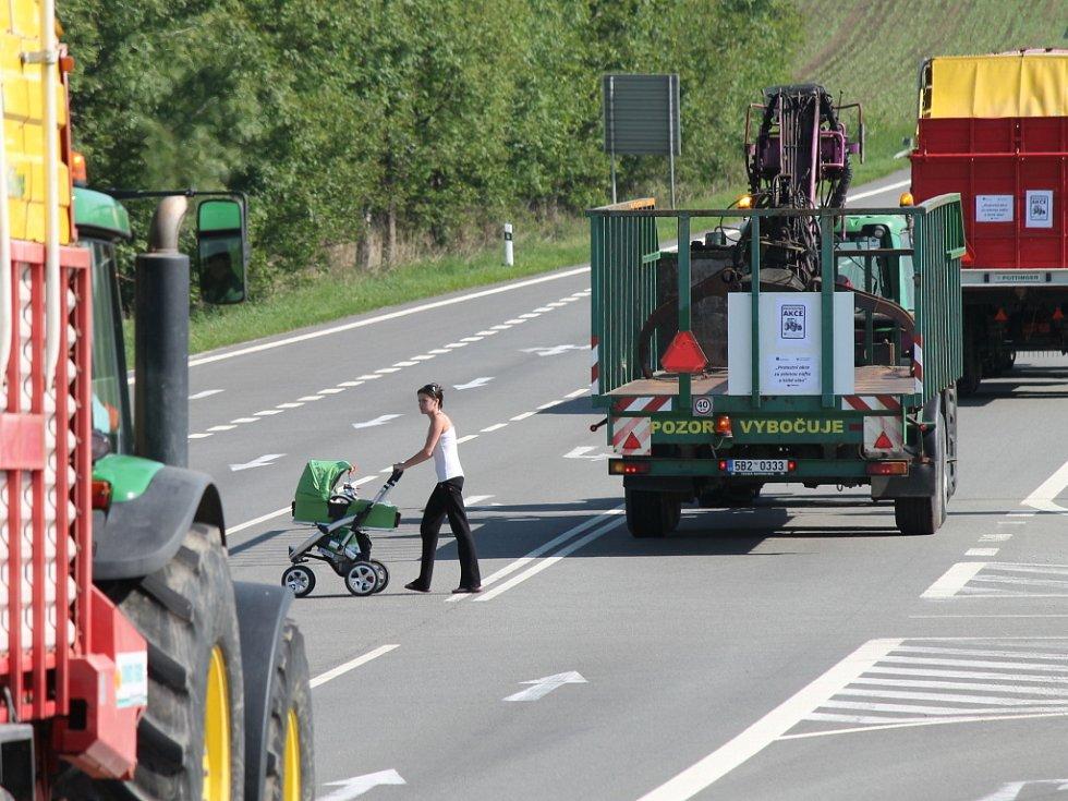 Na Blanensku traktory zablokovaly silnici I/43. Řidiči museli čekat v kolonách.